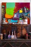 Konstnärs målningprocess abstrakt målning royaltyfri bild