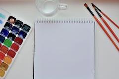 Konstnärs skrivbord med konstnärs instrument arkivfoto