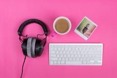 Konstnärs workspace hemma på rosa bakgrund Royaltyfri Fotografi