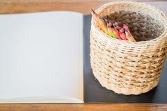 Konstnärsketchbook och färgade blyertspennor Arkivbild