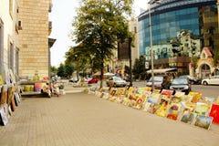 Konstnärutställningsmålningar som är till salu på gatan Fotografering för Bildbyråer