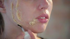 Konstn?ren f?r makeup f?r n?rbildkvinnan applicerar skapar den yrkesm?ssiga vaxet p? framsida av den unga gulliga flickan f?r pla stock video