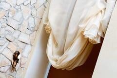 Konstnouveauen utformar gardinen i fönster inramar Royaltyfria Foton