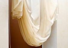 Konstnouveauen utformar gardinen i fönster inramar Royaltyfria Bilder