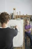 Konstnär Drawing Charcoal Portrait av modellen Arkivfoton