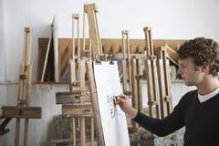 Konstnär Drawing Charcoal Portrait i studio Arkivfoton