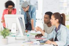 Konstnärer som arbetar på skrivbordet i idérikt kontor Royaltyfri Fotografi