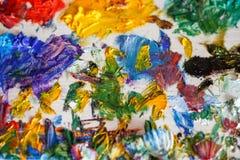 Konstpalett med färger efter olje- målning av konstnären, closeup royaltyfria foton