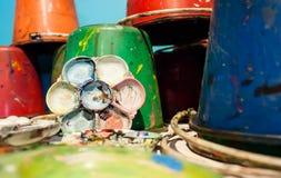 Konstpaletter och målarfärghinkar Royaltyfria Bilder