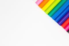 Konstregnbågen av lera färgar, idérik hantverkproductRainbowfärg som modellerar lerapinnar på conner av vit bakgrund Arkivbilder