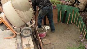 Konstruering av det konstgjorda dammet stock video
