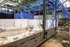 Konstruieren der Backsteinmauer auf einem Gebäude mit Metallgrundlage lizenzfreie stockfotos