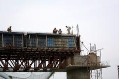 Konstruieren der Brücke lizenzfreie stockfotografie