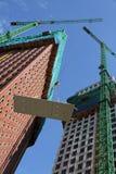 Konstruieren der Wohnungen in einem hohen Gebäude Stockfoto