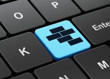 Konstruieren des Konzeptes: Ziegelsteine auf Computertastaturhintergrund Lizenzfreies Stockfoto