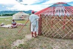 Konstruieren von yurts oder von Gers, Mittel-Mongolei lizenzfreie stockfotografie