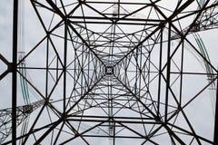 Konstrukcja wysoki metalu wierza wysokiego woltażu elektryczna linia przeciw niebu fotografia royalty free
