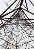 Konstrukcja wysoki metalu wierza wysokiego woltażu elektryczni druty przeciw niebu obraz royalty free