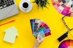 Konstruktörarbetsutrymme med det palett-, linjal-, bärbar dator- och husdiagramet på bästa sikt för gul bakgrund arkivbilder