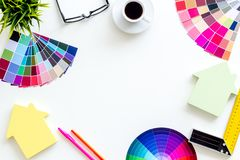 Konstruktörarbetsutrymme med det palett-, linjal- och husdiagramet på den vita modellen för bästa sikt för bakgrund royaltyfri fotografi