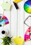 Konstruktörarbetsutrymme med det palett-, linjal- och husdiagramet på den vita trämodellen för bästa sikt för bakgrund arkivfoto