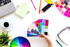 Konstruktörkontorsskrivbord med det hjälpmedel-, palett-, linjal-, bärbar dator- och husdiagramet på bästa sikt för vit bakgrund royaltyfria foton