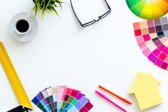 Konstruktörkontorsskrivbord med det hjälpmedel-, palett-, linjal-, tangentbord- och husdiagramet på vit åtlöje för bästa sikt för royaltyfri fotografi