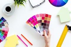 Konstruktörkontorsskrivbord med hjälpmedel, palett i hand-, linjal-, tangentbord- och husdiagram på bästa sikt för vit bakgrund arkivfoton
