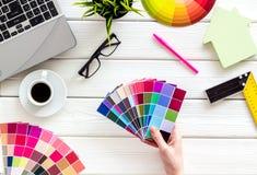 Konstruktörskrivbord med hjälpmedel, palett i hand-, linjal-, tangentbord- och husdiagram på bästa sikt för vit träbakgrund fotografering för bildbyråer