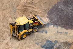 Konstruktion av betonggrund av nybygge Konstruktionsmaskineri, grävskopa, bästa sikt Fotografering för Bildbyråer