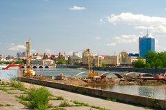Konstruktion av bron över den Miass floden Arkivfoto