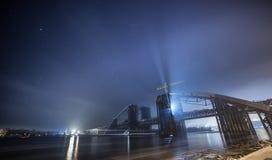 Konstruktion av bron över floden Arkivbilder