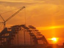 Konstruktion av bron och solnedgången royaltyfri bild