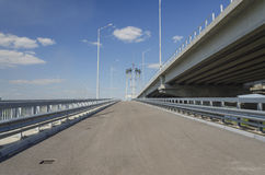 Konstruktion av bron och vägen på floden Royaltyfria Foton