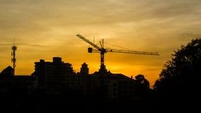 Konstruktion av byggnader i solnedgångljus Arkivbild