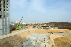 konstruktion av det nya huset i stadsområde Arkivbild