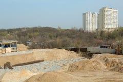 konstruktion av det nya huset i stadsområdet Arkivfoton