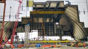 Konstruktion av det nya säkra skyddet över reaktorn i den Tjernobyl kraftverket Arkivbild