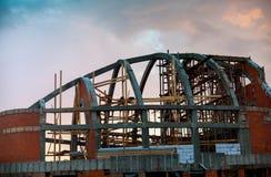 Konstruktion av det nya vita tegelstenhuset Royaltyfri Bild