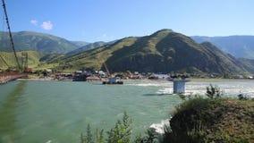 Konstruktion av en bro över en bergflod arkivfilmer