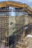 Konstruktion av en bro över den Eresma floden i Segovia i utvidgningsarbetena av den Madrid - Segovia - Valladolid huvudvägen arkivbild