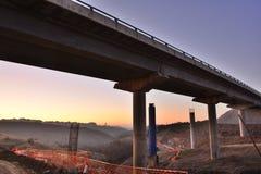 Konstruktion av en bro på en huvudväg i Spanien fotografering för bildbyråer