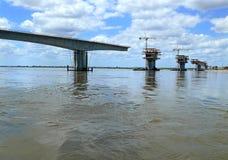 Konstruktion av en bro över Zambeziet River. Royaltyfri Fotografi