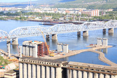 Konstruktion av en fjärde bro över Yeniseien Royaltyfri Fotografi