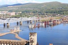 Konstruktion av en fjärde bro över Yeniseien krasnoyarsk Royaltyfri Foto