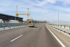 Konstruktion av en järnvägsbro nära vägbron över den Kerch kanalen fotografering för bildbyråer