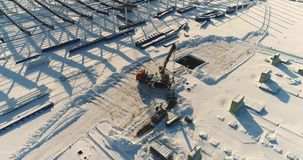 Konstruktion av en modern fabrik eller växt, industriområde i vintern, panoramautsikt från luften Modern växt på arkivfilmer