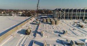 Konstruktion av en modern fabrik eller växt, industriområde i vintern, panoramautsikt från luften Modern växt på stock video