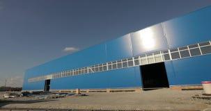 Konstruktion av en modernt fabrik eller lager Byggnaden av en stort fabrik eller lager Byggande Bransch _ arkivfilmer