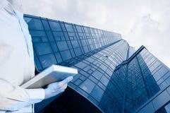 Konstruktion av en ny glass byggnad med stadsplaneraren Royaltyfri Foto